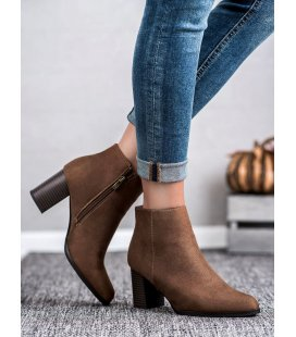 Semišové topánky na stĺpci