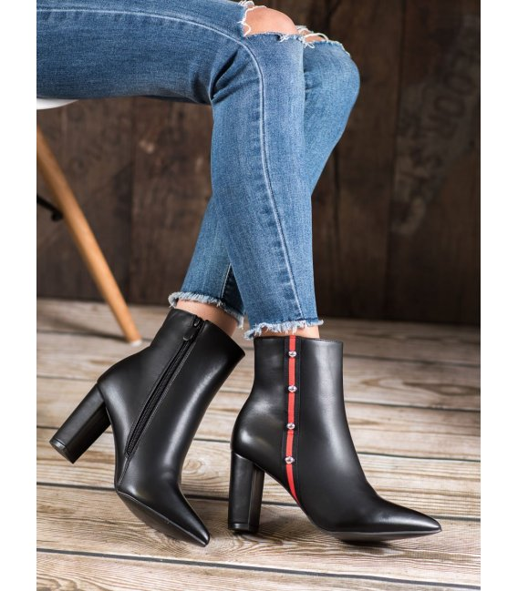 Topánky s ozdobnym pásom