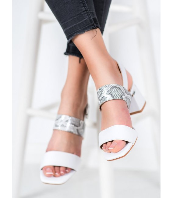 Módne sandále na stĺpci