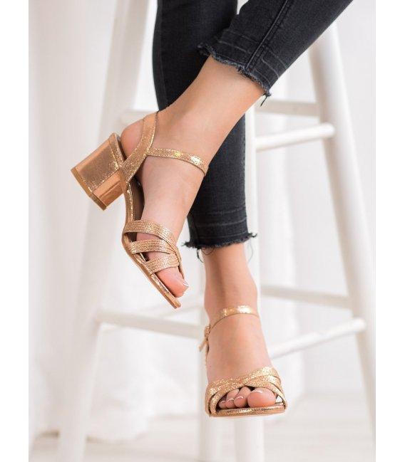 Lesklé sandálky na stĺpci