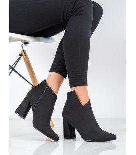 Asymetrické členkové topánky na stĺpci