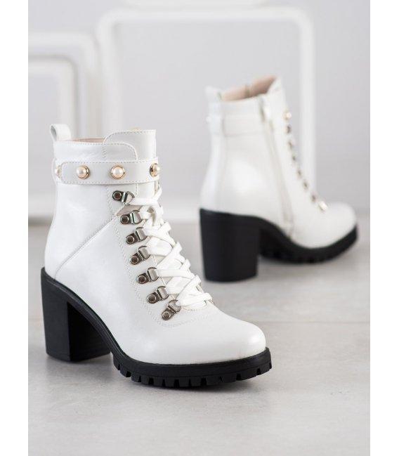 Rockové topánky na stĺpci