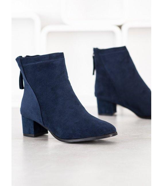 Tmavo modré členkové topánky na stĺpci