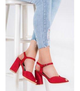 Červené sandálky na stĺpci
