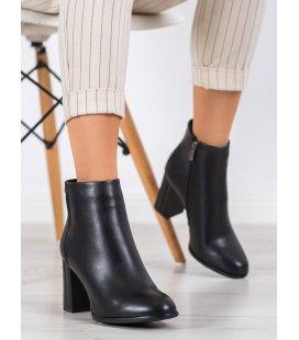 Klasické členkové topánky na stĺpci