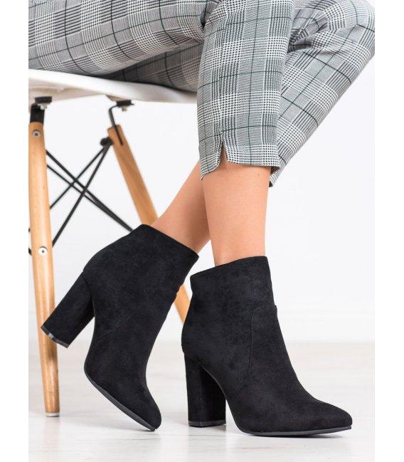 Asymetrické čierne členkové topánky