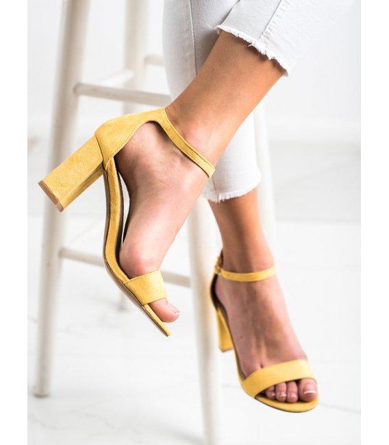 Žlté sandálky na stĺpci