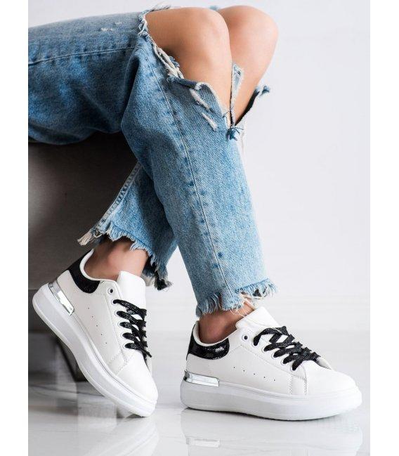 Sneakersy s brokátovými šnúrkami