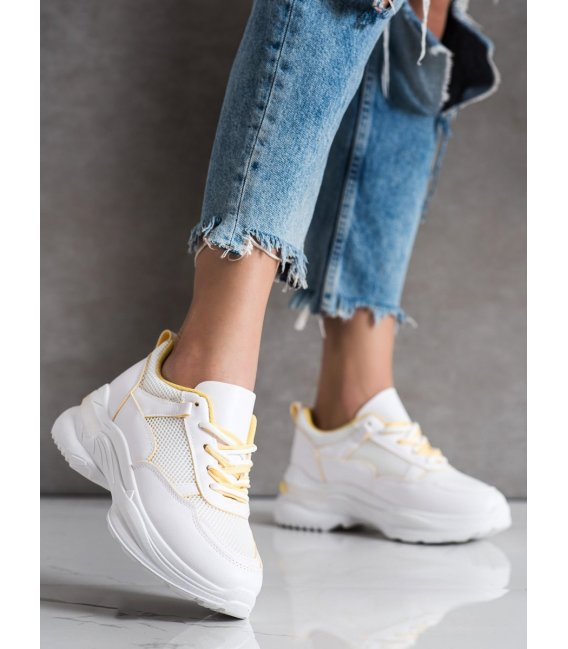 Štýlové biele sneakersy