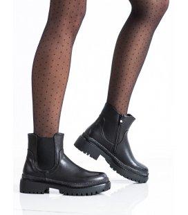 Čierne členkové topánky na stĺpci