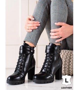 Šnúrovacie členkové topánky na stĺpci