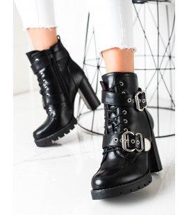 Čierne topánky na vysokom stĺpci